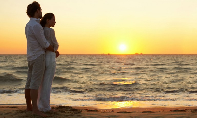 lovers-strolling-or-relaxing-along-beaches-768x461